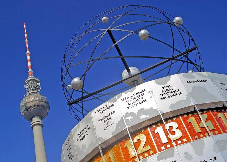 Weltzeituhr und Fernsehturm am Berliner Alexanderplatz