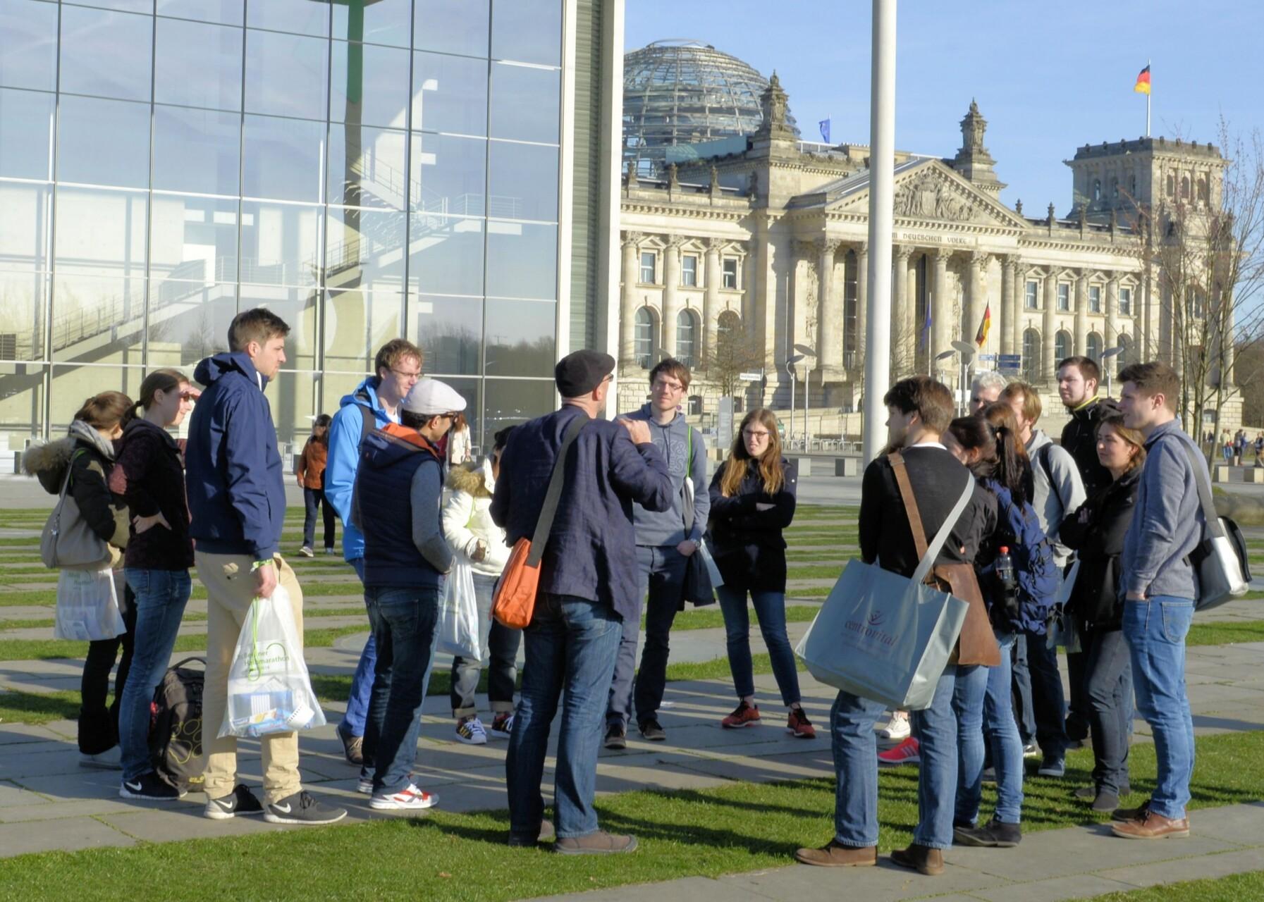 Stadtführung vor dem Reichstag