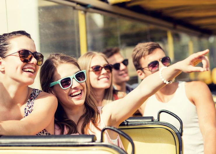 Touristen während einer Stadtrundfahrt durch Dresden