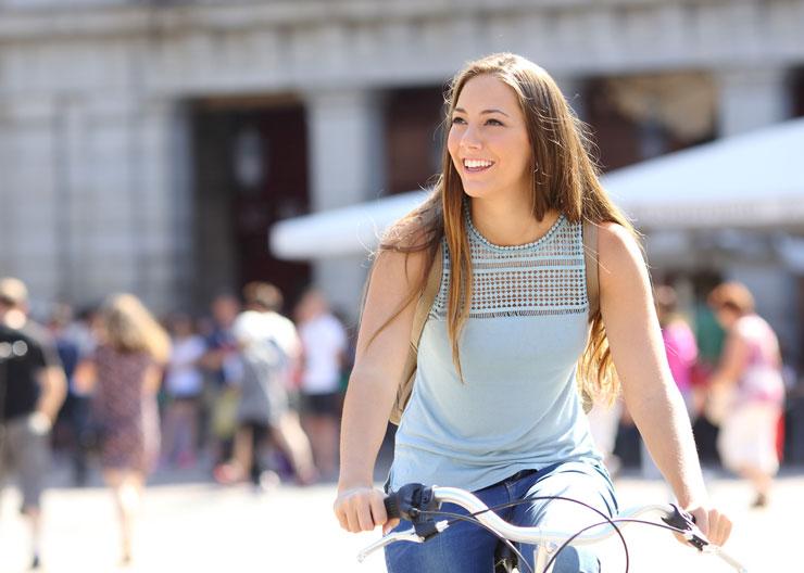 Touristin bei Fahrradtour durch Erfurt