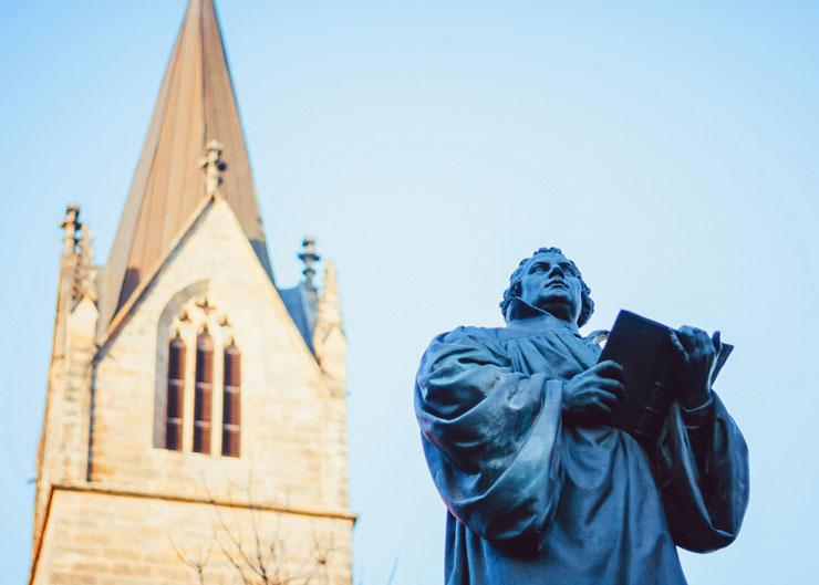 Station der Martin Luther Führung in Erfurt: Kaufmannskirche mit Statue von Martin Luther