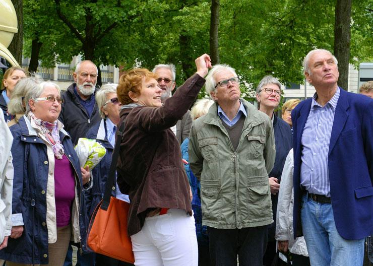 """Touristen und Gästeführer bei der Stadtführung """"Jüdisches Leben"""" in Erfurt"""