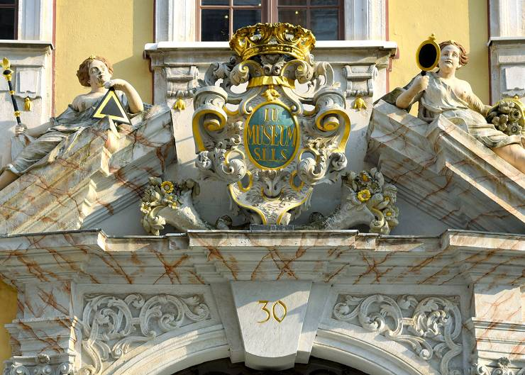 Portalgiebel des Barockhauses Nießstraße 30 in Görlitz