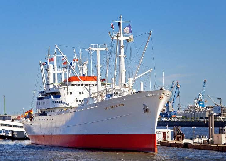 Museumsschiff Cap San Diego an der Überseebrücke im Hamburger Hafen