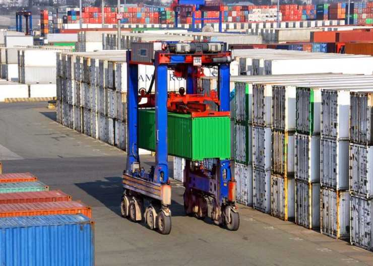 Container Carrier im Hamburger Hafen