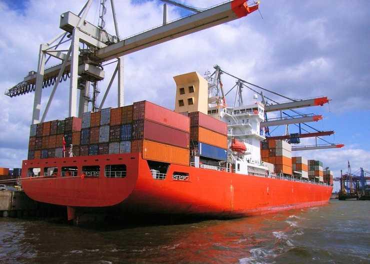 Containerschiff an den Terminals in Hamburg Finkenwerder