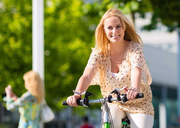 Hamburg-Besucherin während einer Fahrradtour