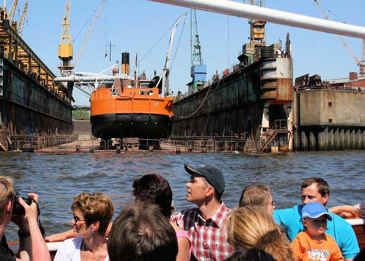 Blick auf die Blohm und Voss Werft während der Hafenrundfahrt Hamburg