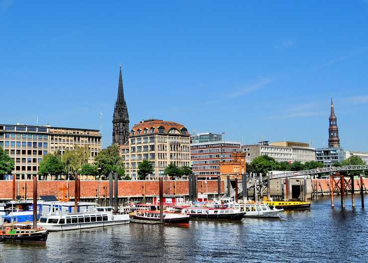 Hamburgs Hafenkante auf Höhe der Deichstraße