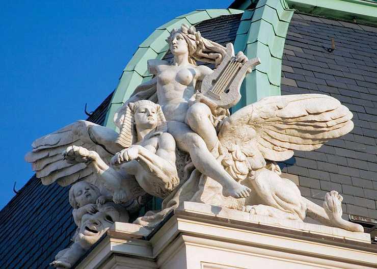 Skulpturen auf dem Hamburger Schauspielhaus