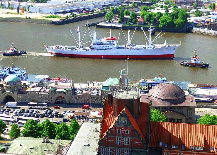 Blick auf Elbe, Landungsbrücken und Sankt Pauli