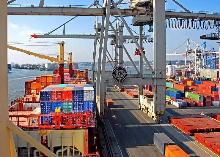 Entladung eines Containerschiffes in Hamburg Finkenwerder