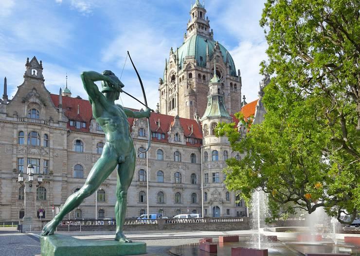 Das Neue Rathaus und der Bogenschütze auf dem Trammplatz