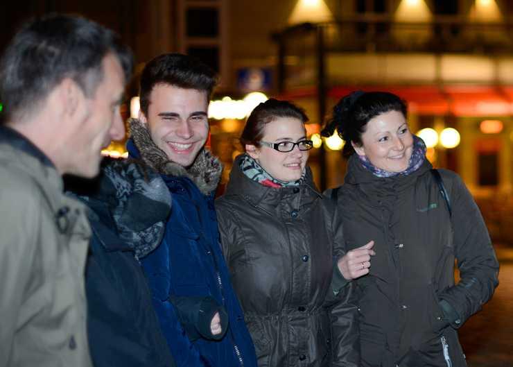 Touristengruppe während einer Nachtwächterführung durch Hannover
