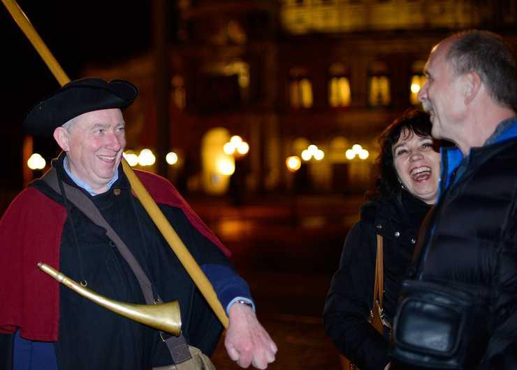 Nachtwächter und Gäste bei einer Nachtwächtertour in Hannover