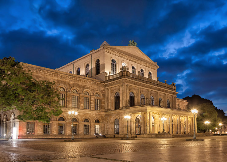 Beleuchtete Hannoveraner Staatsoper am Abend