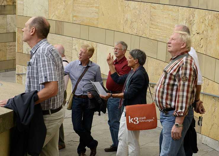 Gäste bei einer Tour durch Karlsruhe