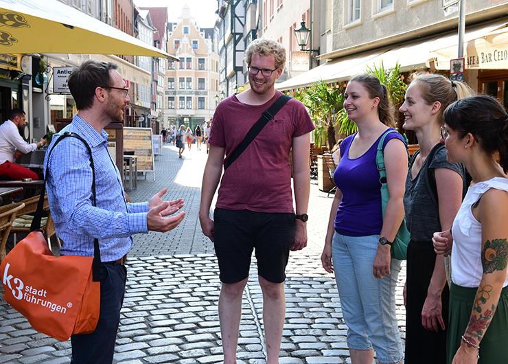 Stadtführer mit Gästen bei der Stadtführung in Köln