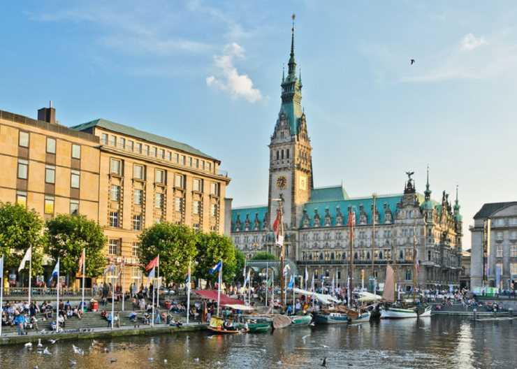 Stadtführung Hamburg: Blick auf Hamburger Rathaus und Alsterfleet