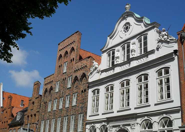 Buddenbrookhaus (rechts) in der Lübecker Mengstraße