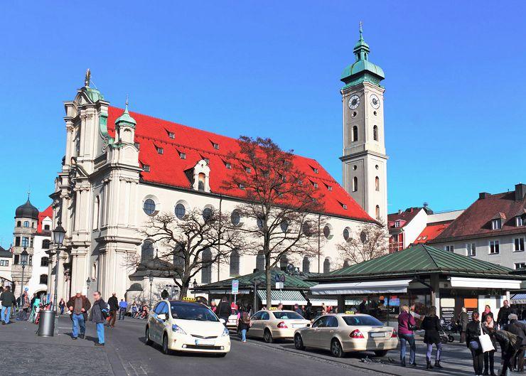 Viktualienmarkt vor der Heiliggeistkirche in München