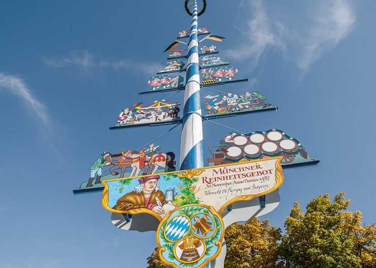 Maibaum auf dem kulinarischen Viktualienmarkt in München