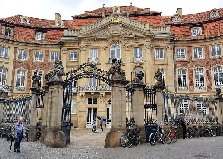Der Erbdrostenhof in Münster in der Frontansicht von der Salzstraße aus gesehen