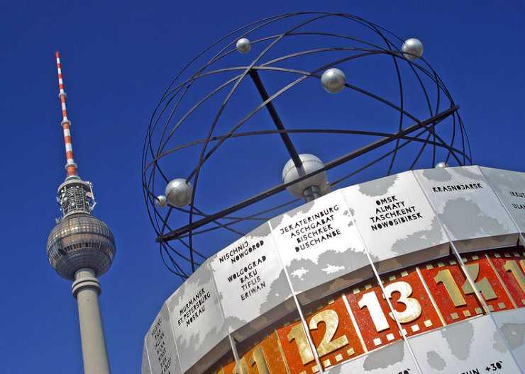 Weltzeituhr auf dem Alexanderplatz in Berlin