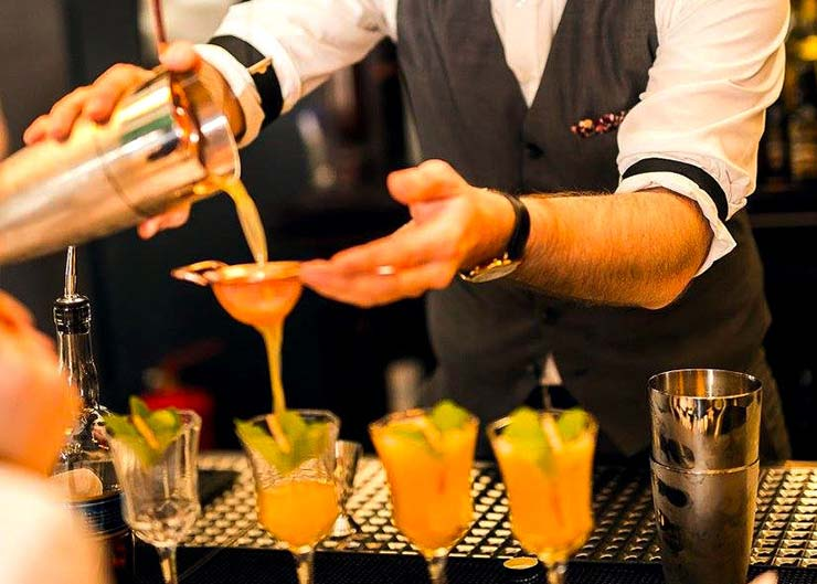 Cocktail-Kurs: Barkeeper beim Mixen