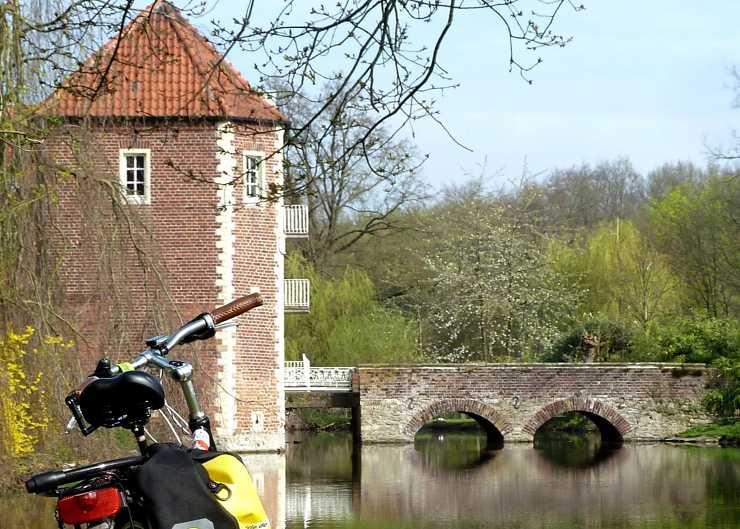 Radtour-Stopp an der Gräfte von Schloss Wilkinghege