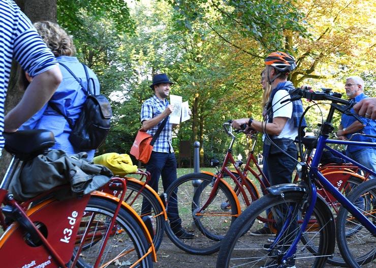 Stadtführer und Gäste bei einer Fahrradtour durch Nürnberg