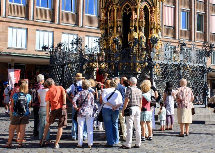 Nürnberg-Stadtführung: Touristengruppe vor dem Schönen Brunnen